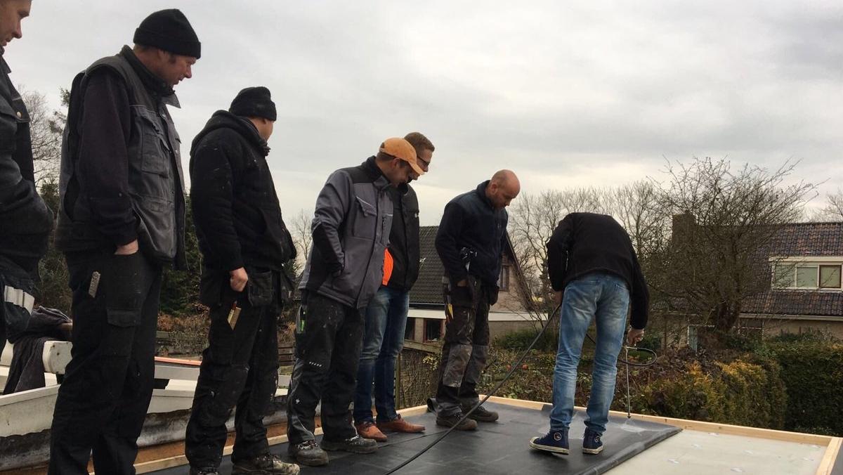 Lapostető szigetelés rubbercover oktatás szabadban tetőn